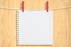 Papier- und rotes Klipp auf Holzwand für Ihr Bild Stockfotos