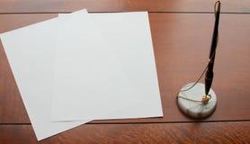 Papier und Stift auf hölzernem Schreibtisch Stockfoto