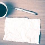 Papier und Stift mit Kaffeetasse-Weinleseart Stockbilder