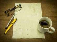 Papier vide avec du café et notes sur le bureau Photographie stock libre de droits