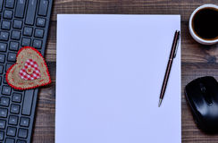Papier vide avec l'ordinateur de clavier et la tasse de café Images libres de droits