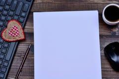 Papier vide avec la souris et le café d'ordinateur de clavier Image libre de droits