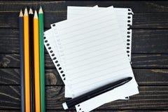 Papier vide sur la table image stock