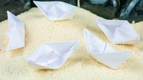 Papier Wysyła Chaotyczny Kłaść na Sandy dnie bez wody Fotografia Stock