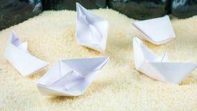 Papier Wysyła Chaotyczny Kłaść na Sandy dnie bez wody Obraz Stock