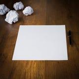 Papier zerknittert, Papier und Stift auf dem Schreibtischhintergrund Lizenzfreie Stockfotografie