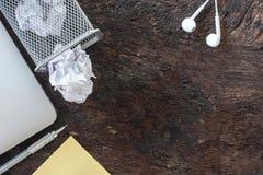 Papierabfall zerknittern das Papier, das zum Wiederverwertungsbehälter fällt, wurde geworfen, um Korbbehälter, überfließendes Alt stockfotografie