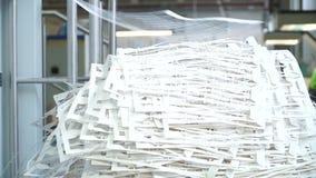 Papierafval in het drukhuis Scherp document na druk stock video