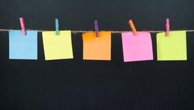 Papieranmerkung über ein Seil Stockbilder