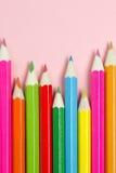 Papieranmerkung mit farbigen Bleistiften Stockbild