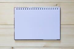 Papieranmerkungsbuch auf hölzernem Hintergrund Stockfotografie