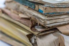 Papierarchive in den alten Dokumenten des Ordners oder im alten Buchstaben Stockbild