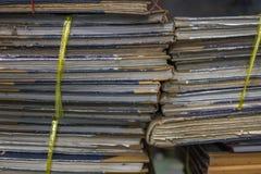 Papierarchive in den alten Dokumenten des Ordners oder im alten Buchstaben Stockfotografie