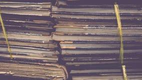 Papierarchive in den alten Dokumenten des Ordners oder im alten Buchstaben Stockfoto