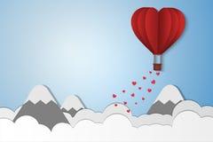 Papierartliebe des Valentinstags, der Ballon, der über Wolke fliegen und der Berg mit Herzen schwimmen auf den Himmel, Paarflitte Lizenzfreie Stockbilder