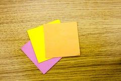 Papieraufkleberanmerkung über hölzernen Hintergrund Formulare für Arbeitskraftanmerkungen stockbild
