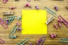 Papieraufkleberanmerkung über hölzernen Hintergrund Formulare für Arbeitskraftanmerkungen stockfotos