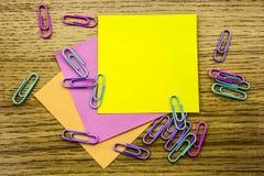 Papieraufkleberanmerkung über hölzernen Hintergrund Formulare für Arbeitskraftanmerkungen lizenzfreie stockfotos