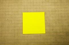 Papieraufkleberanmerkung über hölzernen Hintergrund Formulare für Arbeitskraftanmerkungen lizenzfreies stockfoto