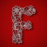 Papierausschnitt, weißer Buchstabe F Roter Hintergrund Blumenverzierung, Balinesetrachtenmode Stockfotos