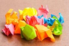 Papierball - zerknittert von der klebrigen Post-Itanmerkung über Handwerks-Pappe Stockfotografie