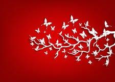 Papierbaum und Schmetterlinge auf rotem Hintergrund Stockfoto