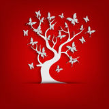 Papierbaum und Schmetterlinge auf rotem Hintergrund Lizenzfreie Stockbilder