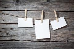 Papierbefestigung mit drei Fotos rope mit Kleidung Stockfoto