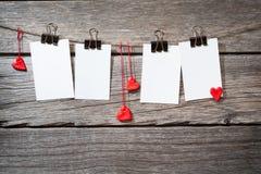 Papierbefestigung mit vier Fotos rope mit Kleidung Stockbild