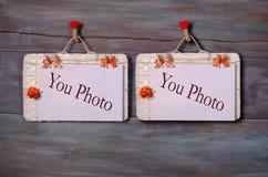 Papierbefestigung mit zwei Fotos rope mit Kleidungsstiften vom hölzernen Hintergrund Lizenzfreie Stockbilder