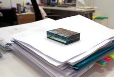 Papierbeschwerer auf Dokumenten Stockbilder