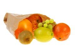 Papierbeutel mit verschiedener Frucht Stockfotos