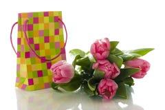 Papierbeutel vorhanden mit Tulpen Lizenzfreie Stockfotografie