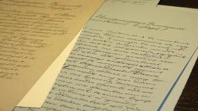 Papierblätter mit alten handgeschriebenen Buchstaben stockfotografie
