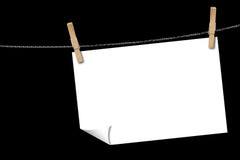 Papierblatt auf einer Kleidungzeile stockbild
