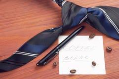Papierblatt mit handgeschriebener Wörter Kaffeepause Lizenzfreie Stockfotografie