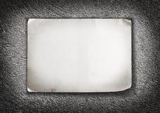 Papierblatt mit schäbigen Ecken auf konkretem Hintergrund Stockfoto