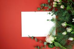 Papierblatt und Rose stockfotos