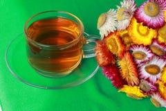 Papierblume mit heißem Tee Stockfotos