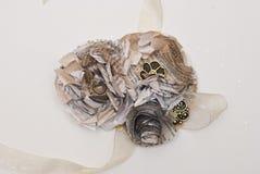 Papierblume und Band-Corsage stockbilder