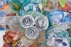 Papierblume und Leinwand-literarische Corsage stockbilder