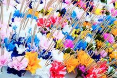 Papierblumen mit Weihrauch Lizenzfreie Stockfotos