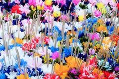 Papierblumen mit Weihrauch Stockbild