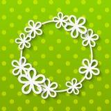 Papierblumenrahmen auf Grün Stockfotografie