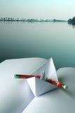 Papierboot auf einem Buch Lizenzfreie Stockfotos