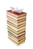 Papierboot auf einem Stapel der Bücher Stockbilder
