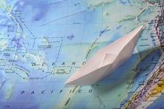 Papierboot auf einer Karte Stockfotografie