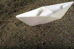Papierboot auf Sand Lizenzfreie Stockbilder