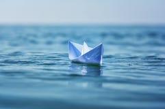 Papierboot auf Seewelle Stockfotografie