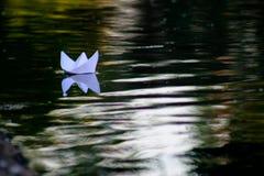Papierboot, das auf den Fluss schwimmt lizenzfreies stockbild